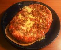 Pirkka jauheliha-salamipizza lautasella
